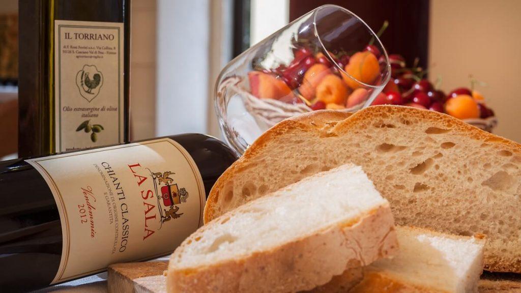 La Sala - zátiší s vínem a olivovým olejem